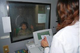 署立嘉義醫院為幼稚園小朋友做免費聽力檢查。(署立嘉義醫院提供)